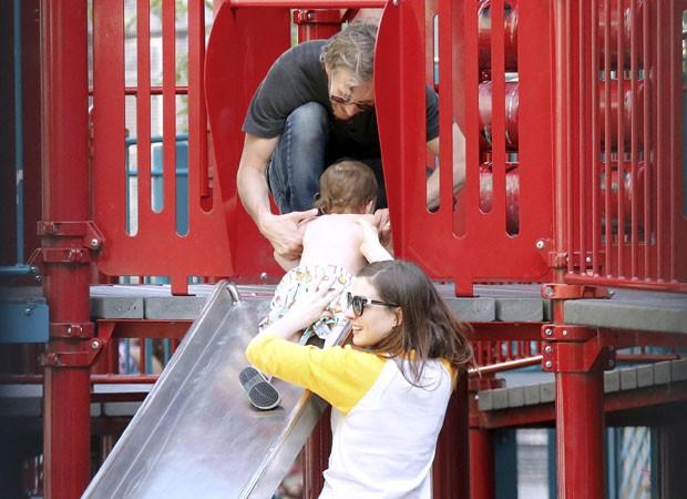 Anne Hathaway e o marido, Adam, brincam com o filho, Jonathan (Foto: The Grosby Group)