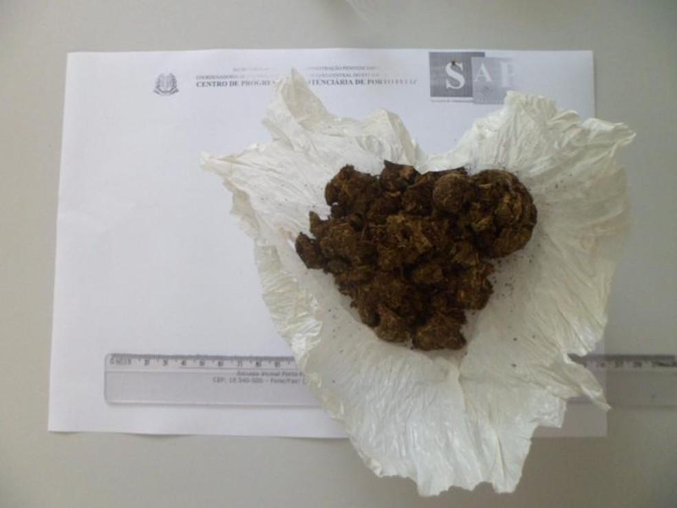 Mulher também carregava um pacote com maconha no órgão genital (Foto: Secretaria de Administração Penitenciária/Divulgação)