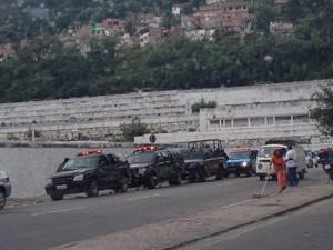 Policiamento foi reforçado ao redor do cemitério (Foto: Káthia Mello / G1)