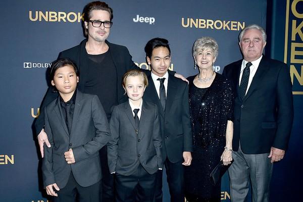 Shiloh ao lado do pai, Brad Pitt, e os irmãos (Foto: Getty Images)