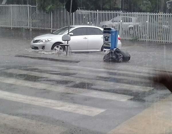 Carro é arrastado na Rua Cel Antônio Alves, em Uberlândia (Foto: João Ribeiro/ VC no G1)