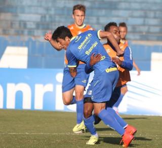 Leandro Canhoto treina entre titulares do Grêmio (Foto: Diego Guichard)