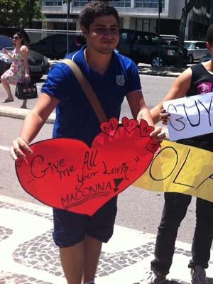 Fãs levam cartazes para ver Madonna no Fasano, em Ipanema (Foto: Cristiane Cardoso/ G1)