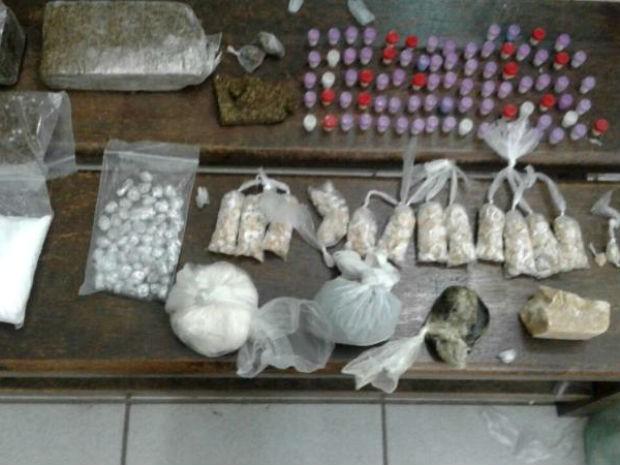 Drogas foram apreendidas com suspeitos em Itatiba (Foto: Polícia Militar/Divulgação)