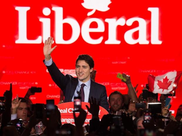 O líder do Partido Liberal canadense Justin Trudeau acena para eleitores em Montreal, na terça (20), após a vitória de seu partido nas eleições gerais (Foto: AFP Photo/Nicholas Kamm)