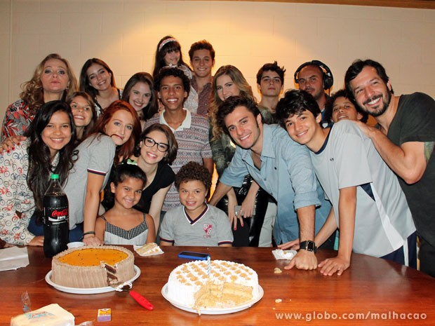 Elenco de Malhação faz festinha para Cadu Paschoal (Foto: TV Globo / Malhação)