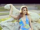 Rayanne Moraes usa maiô decotado em ensaio à la Brooke Shields