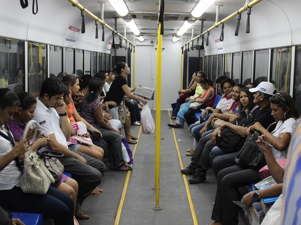 Desconforto dos passageiros e a temperatura elevada dentro do vagão (Foto: Ellyo Teixeira/G1)