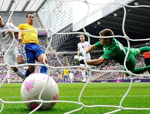 Leandro Damião marca gol do Brasil contra a Nova Zelândia (Foto: Reuters)
