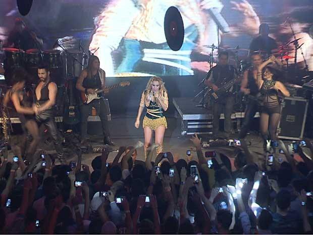 A cantora Joelma durante show da banda Calypso em Brasília (Foto: TV Globo/Reprodução)