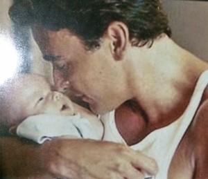 Alexandre se delicia com o pequeno Miguel nos braços (Foto: Arquivo pessoal )