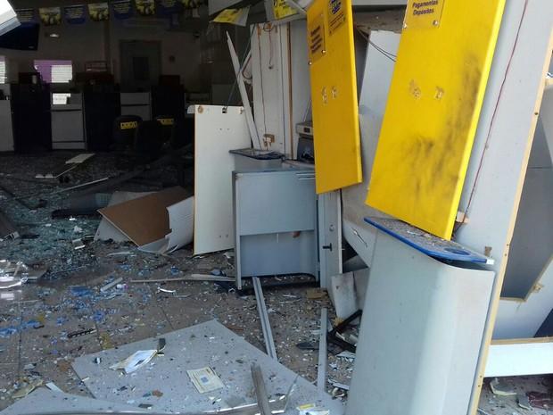 Quadrilha explodiu caixas eletrônicos em Pedra Preta e fugiu após disparar contra veículos na rodovia (Foto: Maycon Araújo/TVCA)