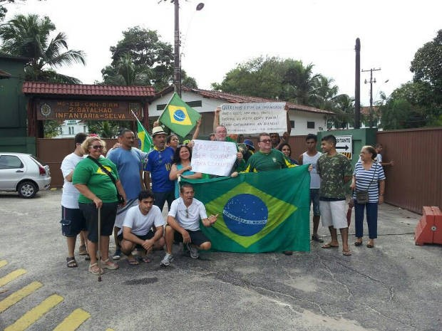 Cerca de 20 pessoas se reuniram em frente a sede do Exército, em Belém. Marcha da família (Foto: Márcio Lins/ TV Liberal)