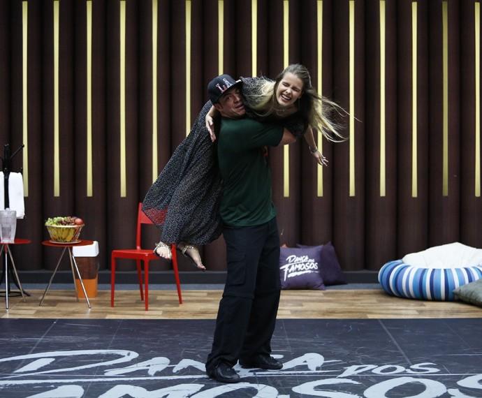 Yasmin e Leandro se divertem  (Foto: Raphael Dias/Gshow)