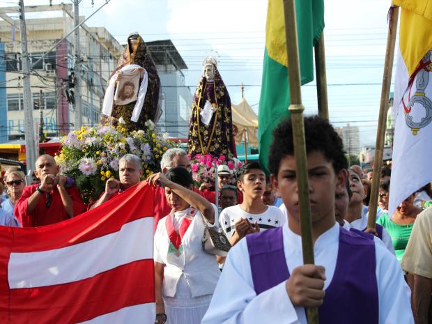 Imagens foram conduzidas por fiéis durante procissão (Foto: Jamile Alves/G1 AM)