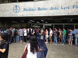 Estudantes faziam fila para a abertura dos portões da Uerj em torno de 7h50. (Foto: Janaína Carvalho / G1)