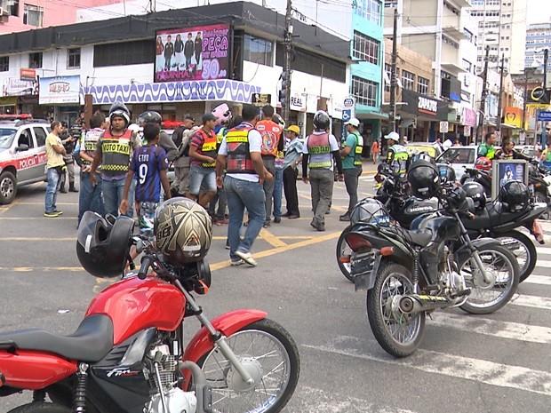 Protesto fechou pelo menos quatro pontos em duas vias do centro da cidade (Foto: Reprodução/TV Paraíba)