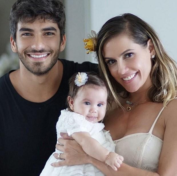 Deborah Secco posta foto em família no dia em que Maria Flor completa 4 meses (Foto: Reprodução/Instagram)