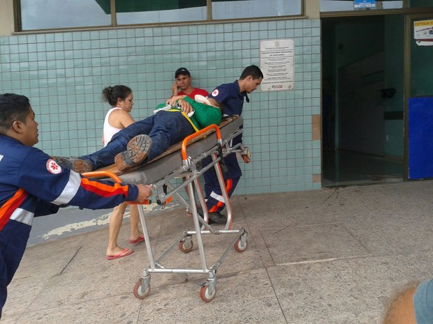 Motociclista ficou após acidente de trânsito causado por linha de pipa em Santarém (Foto: Bena Santana)
