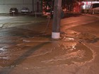 Poste afunda após adutora estourar em cruzamento no Campo Grande