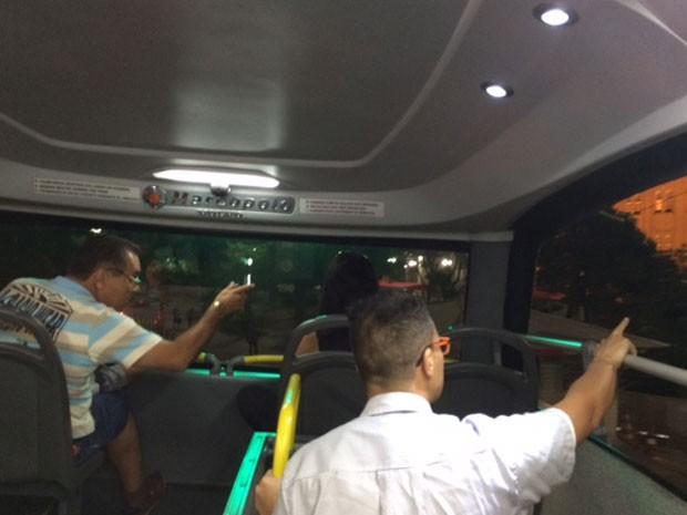 O cobrador Israel explica para os turistas onde estão os pontos turísticos narrados  (Foto: Lívia Machado/G1)