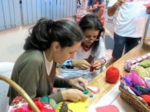 Voluntários confeccionam corações que serão distribuídos em praça de Santos (Foto: Mariane Rossi/G1)