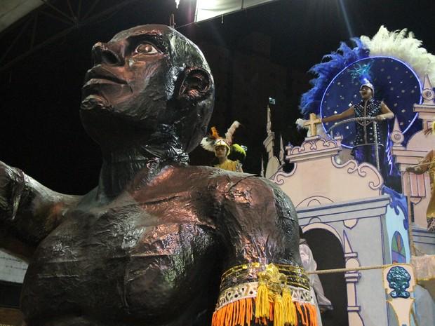 Zumbi dos Palmares foi homenageado pela escola de samba do bairro Santa Fé (Foto: Fábio França/ G1)