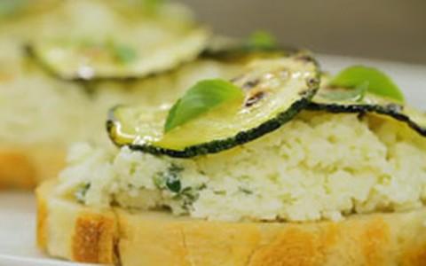 Crostine de pão rústico com abobrinha, ricota e manjericão
