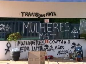 Protesto de mulheres do MST em Itapetininga (Foto: Reprodução/TV TEM)
