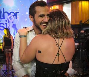 Matheus e Cacau se abraçam (Foto: Raphael Dias/Gshow)