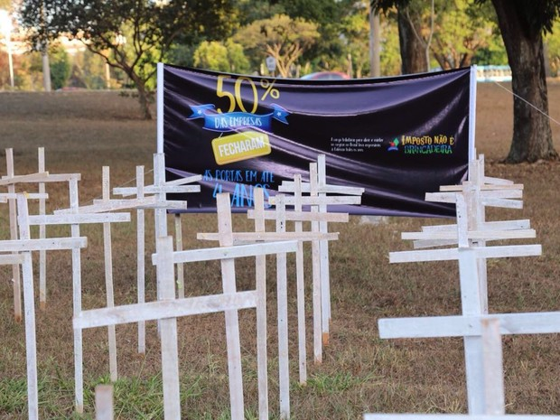 Um cemitério simbólico foi montado em protesto pelas demissões e pelo fechamento de cem mil empresas no Brasil em 2015 (Foto: Maria Luiza Albuquerque/Divulgação)