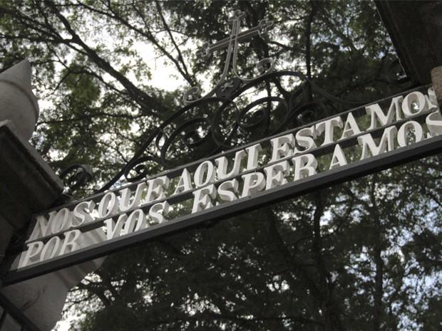 Inscrição no portal do cemitério de Paraibuna intriga visitantes (Foto: Carlos Santos/G1)