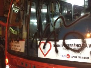 Ônibus pichado no centro de São Paulo durante o protesto. (Foto: Julia Basso Viana/G1)