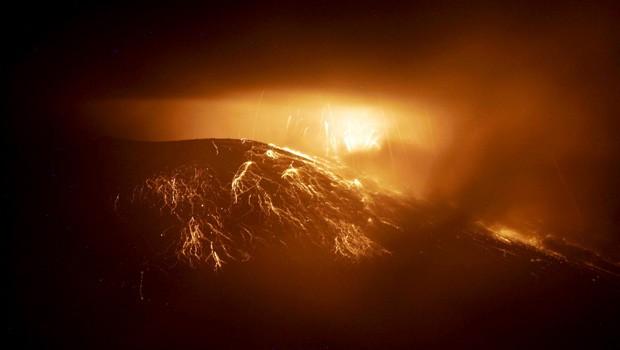 O vulcão Tungurahua em imagem registrada neste domingo (19). Autoridades locais decretaram alerta laranja em áreas próximas (Foto: Carlos Campana/AFP)