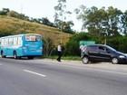 Ônibus bate em carro ao fazer ultrapassagem em Maricá, RJ