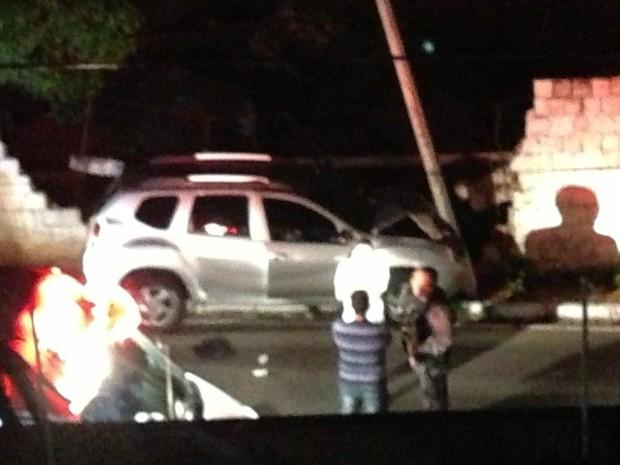 Motorista baleado perdeu controle do veículo e se chocou a poste.  (Foto: Hugo Santos)