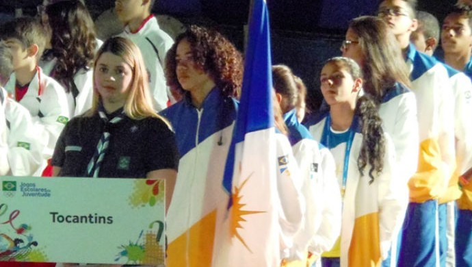 O corredor Matheus Christiano Santiago de Morais foi o porta-bandeira da delegação tocantinense (Foto: Marcus Mesquita/Seduc-TO)