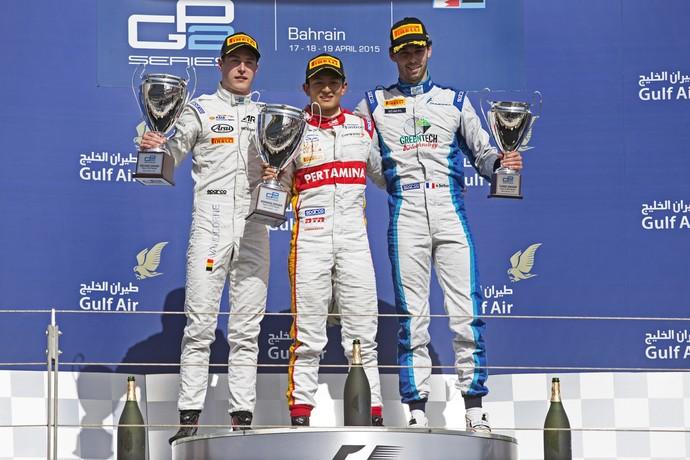 Rio Haryanto, entre Stoffel Vandoorne e Nathanael Berthon no pódio da GP2 no Bahrein (Foto: Divulgação)