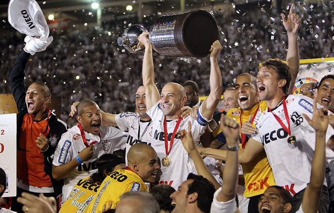 Alessandro Corinthians comemorando, Libertadores Campeao (Foto: Agência EFE)