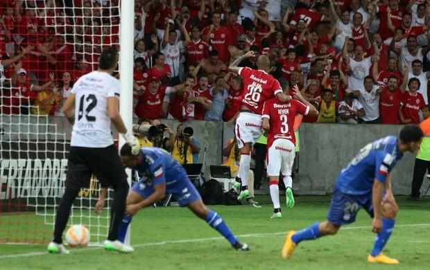 Réver comemora a virada e o primeiro gol pelo Inter (Foto: Diego Guichard)