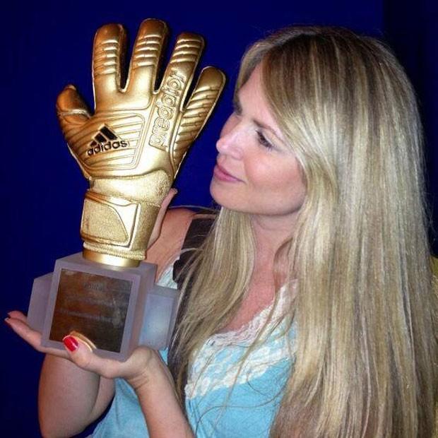 Suzana Werner troféu Julio Cesar luva (Foto: Reprodução / Facebook)