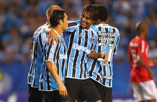 Kleber e Moreno comemoram gol pelo Grêmio (Foto: Lucas Uebel/Divulgação, Grêmio)