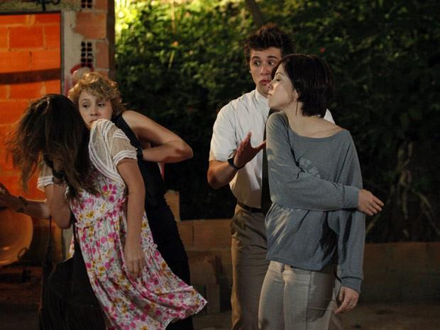Alexia não aguenta mais a megera e dá um tapa na cara dela (Foto: Malhação / Tv Globo)