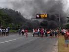 Manifestantes bloqueiam rodovia Pe. Manoel da Nóbrega em Cubatão, SP