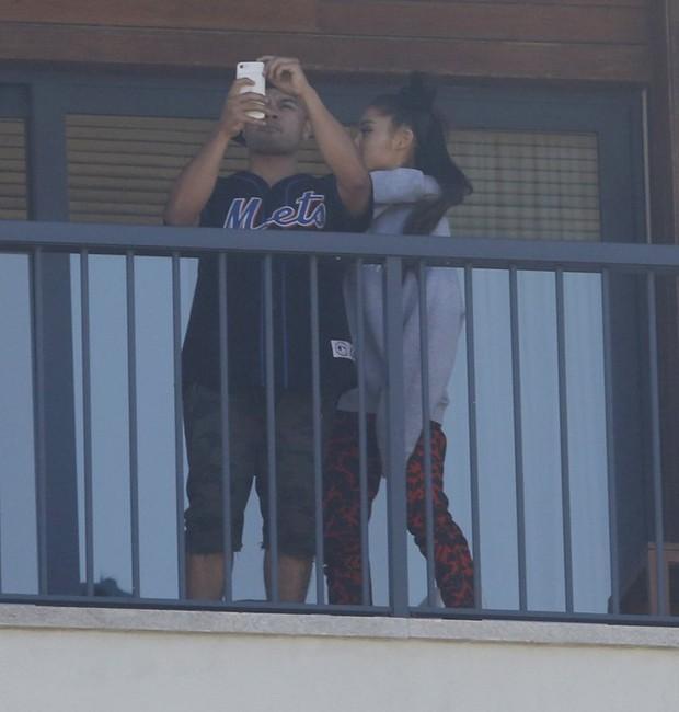 Ariana Grande faz fotos em sacada de hotel (Foto: AgNews)