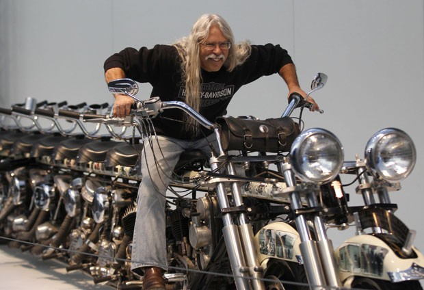 Steve 'Doc' Hopkins exibe a moto com dez lugares. (Foto: Ina Fassbender/Reuters)