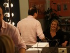 Adriana Esteves ajeita o cabelo para arrasar no palco do Domingão