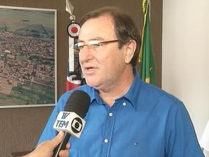 Prefeito anunciou cortes nesta sexta-feira  (Foto: Reprodução / TV TEM)
