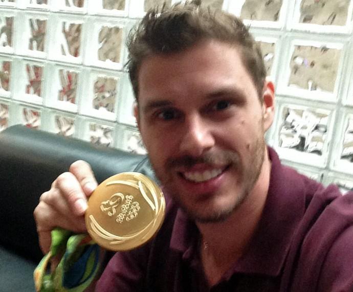 Bruninho e sua medalha de ouro (Foto: Arquivo pessoal)