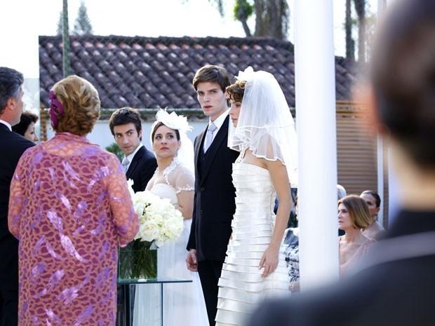 Conrado treme ao olhar para Cida na hora do 'sim' de seu casório (Foto: Divulgação/TV Globo)